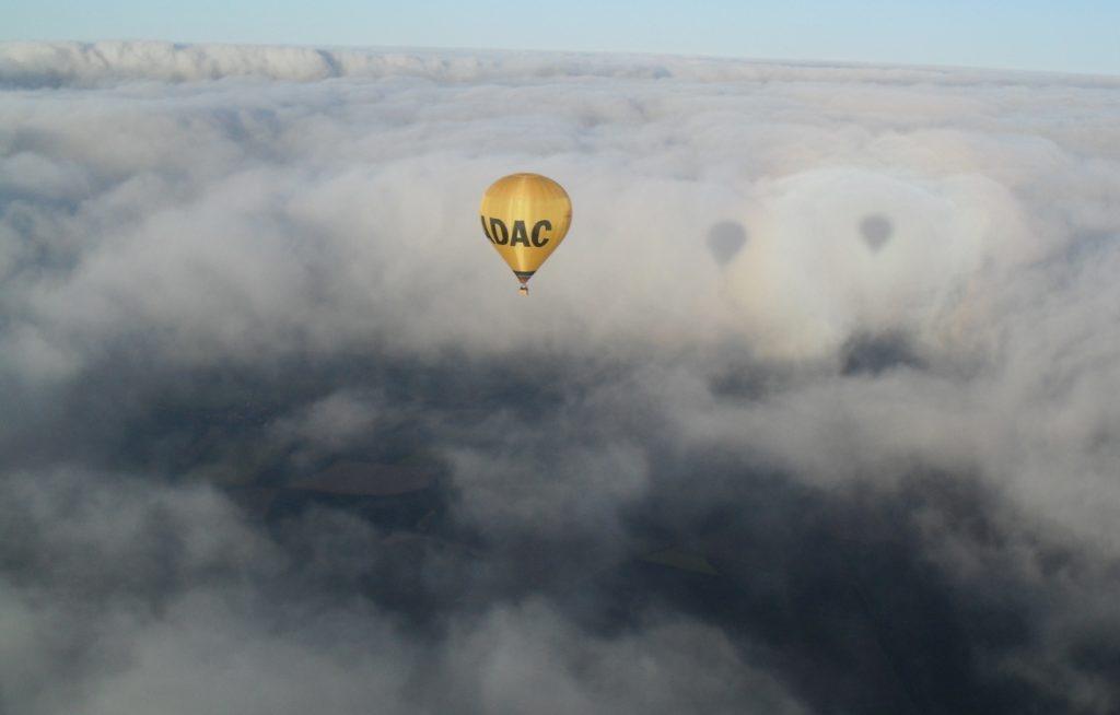 ADAC über Wolken